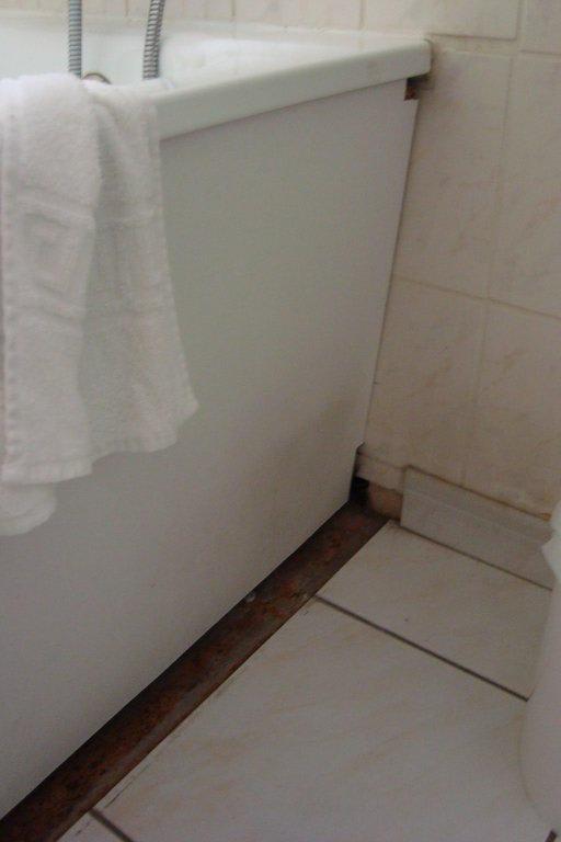 Bild bad fliesenspiegel und dreck zu hotel balladins for Fliesenspiegel bad
