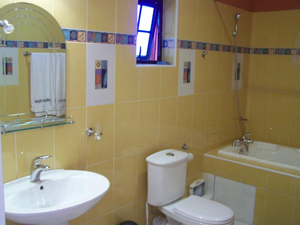 bild badezimmer mit dusche und badewanne zu gaestehaus. Black Bedroom Furniture Sets. Home Design Ideas