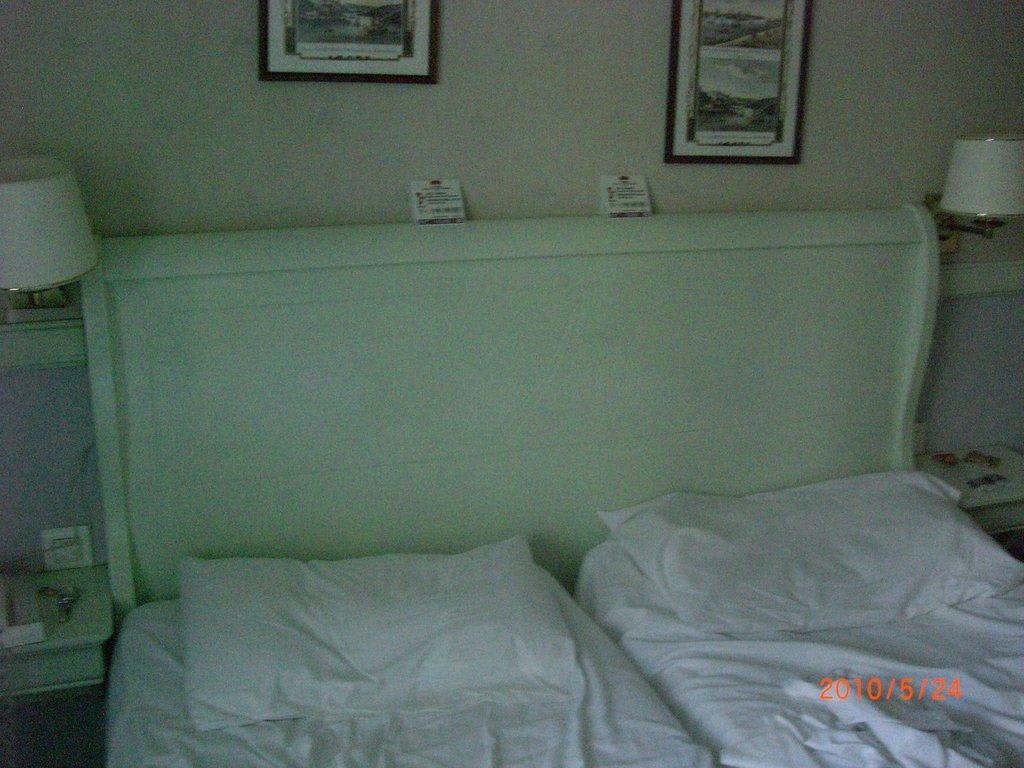 bild altes bett mit kaputten matratzen zu hotel gaston in paris. Black Bedroom Furniture Sets. Home Design Ideas