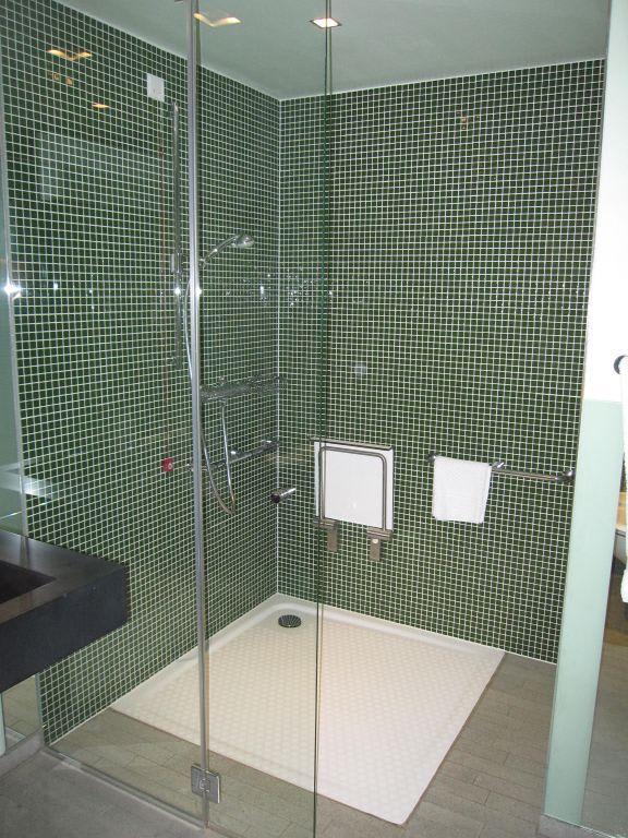 bild behindertengerechte dusche zu radisson blu hotel. Black Bedroom Furniture Sets. Home Design Ideas