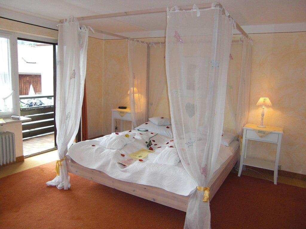 bild unser romantisches himmelbett zu romantik hotel. Black Bedroom Furniture Sets. Home Design Ideas