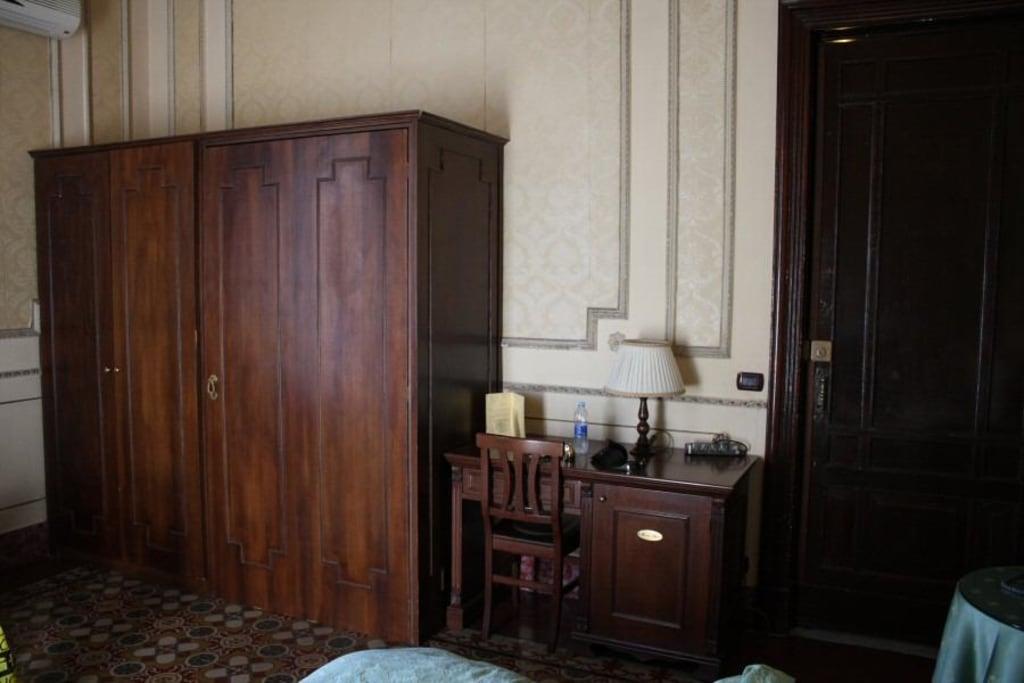 bild geheimt r zum bad durch den schrank zu hotel la vecchia palma in catania. Black Bedroom Furniture Sets. Home Design Ideas