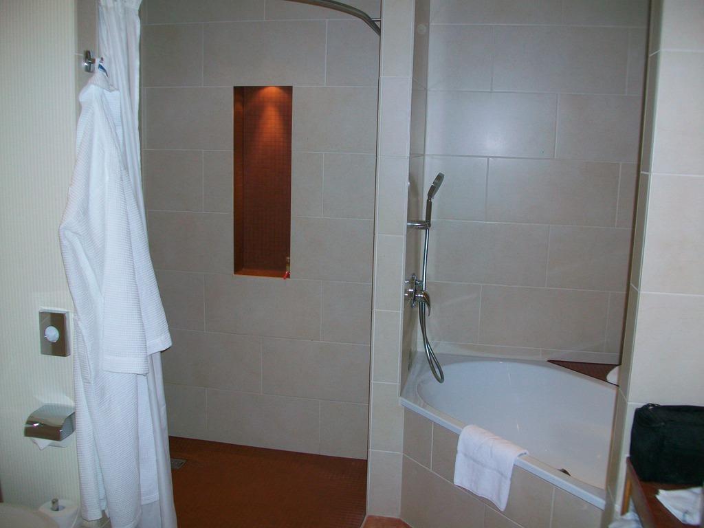 """Hotel Berlin Dusche Im Zimmer : Bild """"Dusche und Badewanne"""" zu Hotel Melia Berlin in Berlin – Mitte"""