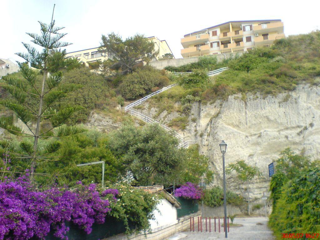 bild treppe vom zum strand zu hotel terrazzo sul mare in tropea. Black Bedroom Furniture Sets. Home Design Ideas