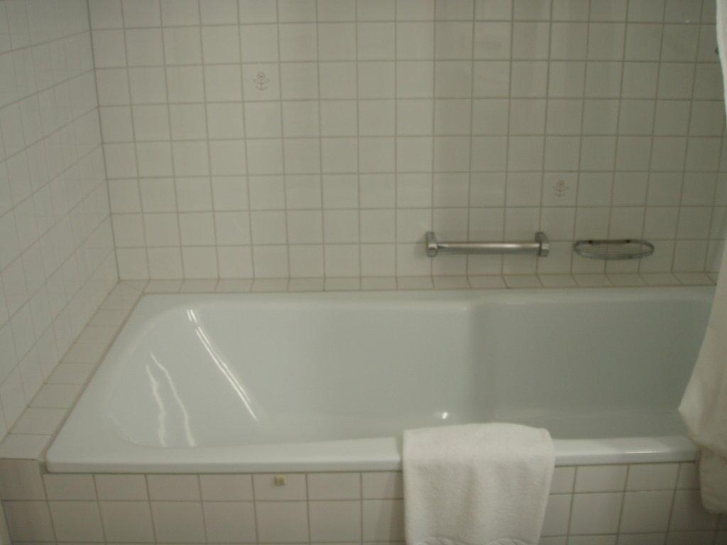 bild badewanne mit integrierter dusche zu hotel hirschen. Black Bedroom Furniture Sets. Home Design Ideas