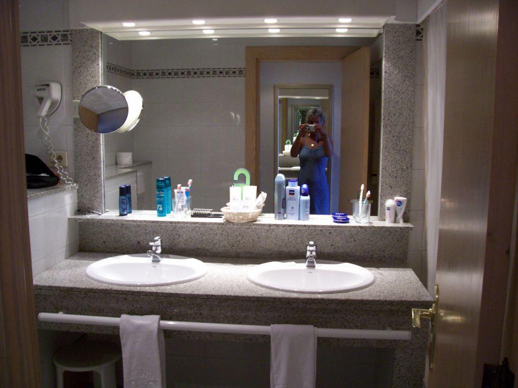 bild sch nes gro es badezimmer mit zwei waschbecken zu. Black Bedroom Furniture Sets. Home Design Ideas