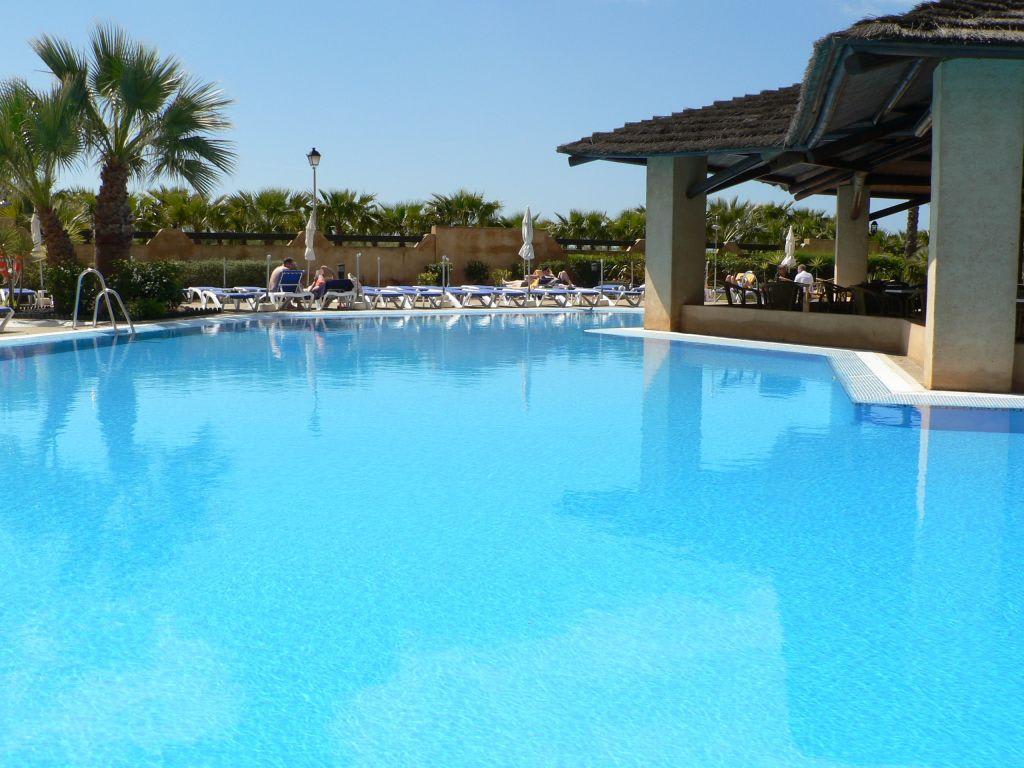 bild der au en pool zu iberostar hotel isla canela in isla canela. Black Bedroom Furniture Sets. Home Design Ideas