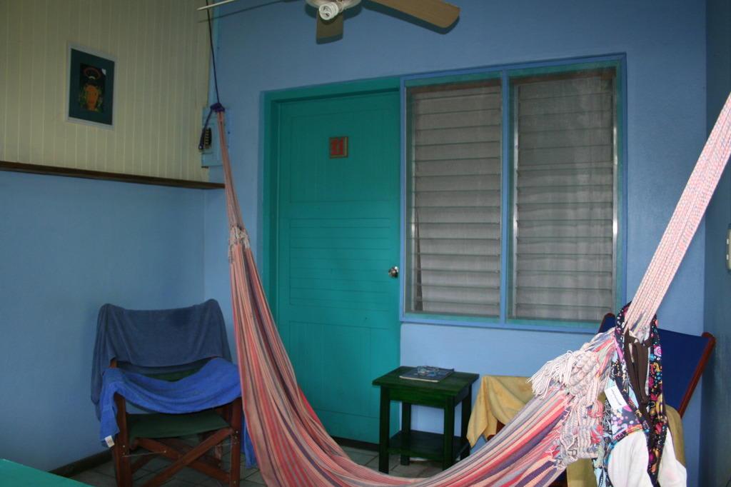 bild balkon mit h ngematte zu hotel cabinas guarana in puerto viejo de talamanca limon. Black Bedroom Furniture Sets. Home Design Ideas
