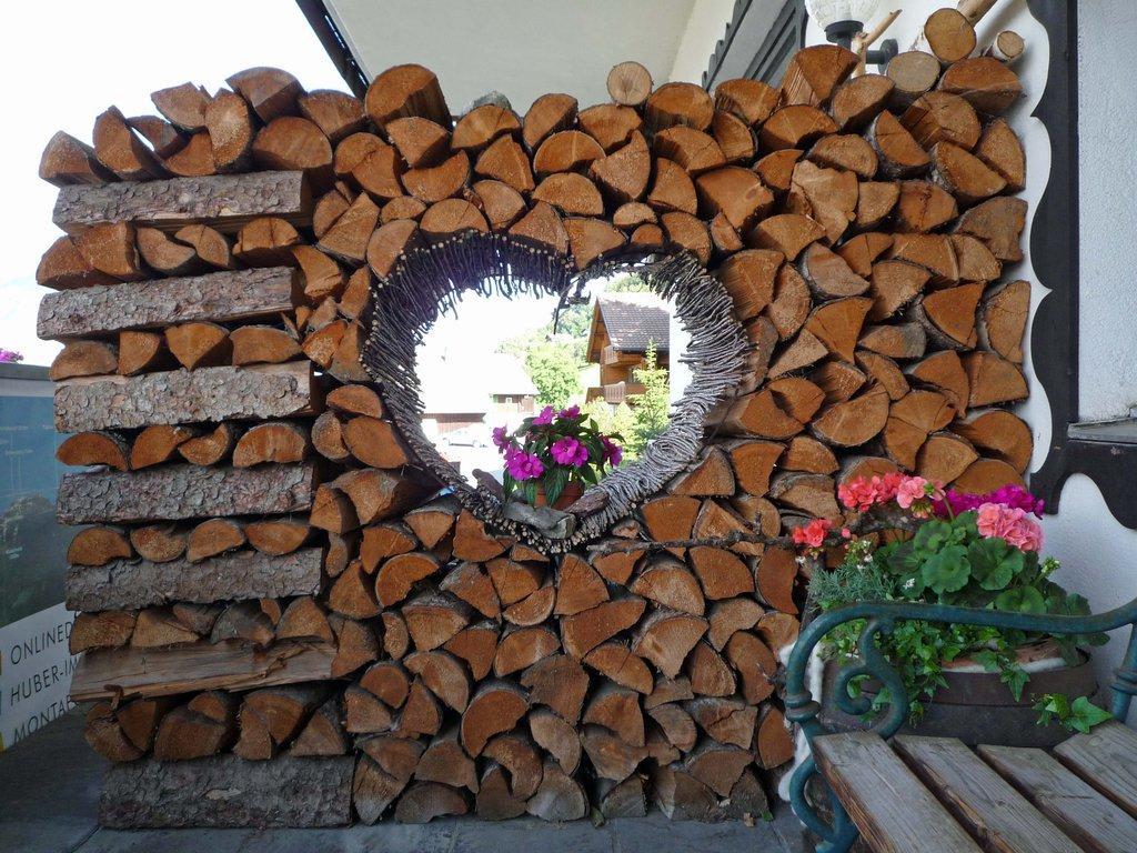 Bild Holzstapel Am Eingangsbereich Zu Hotel Bergerhof In