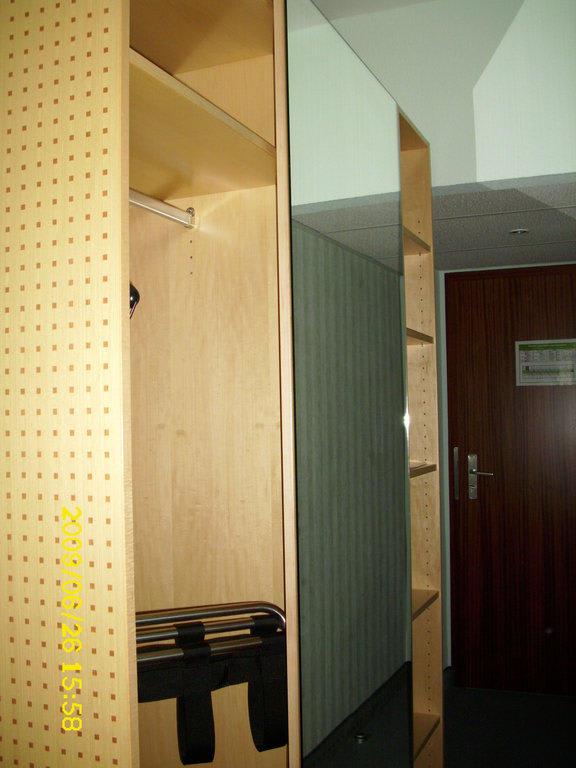 bild flur mit schrank zum ausziehen und spiegel zu hotel. Black Bedroom Furniture Sets. Home Design Ideas