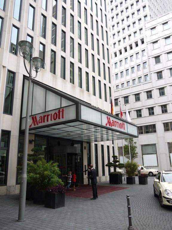 bild eingang kleine seitenstra e zu berlin marriott hotel in berlin mitte. Black Bedroom Furniture Sets. Home Design Ideas