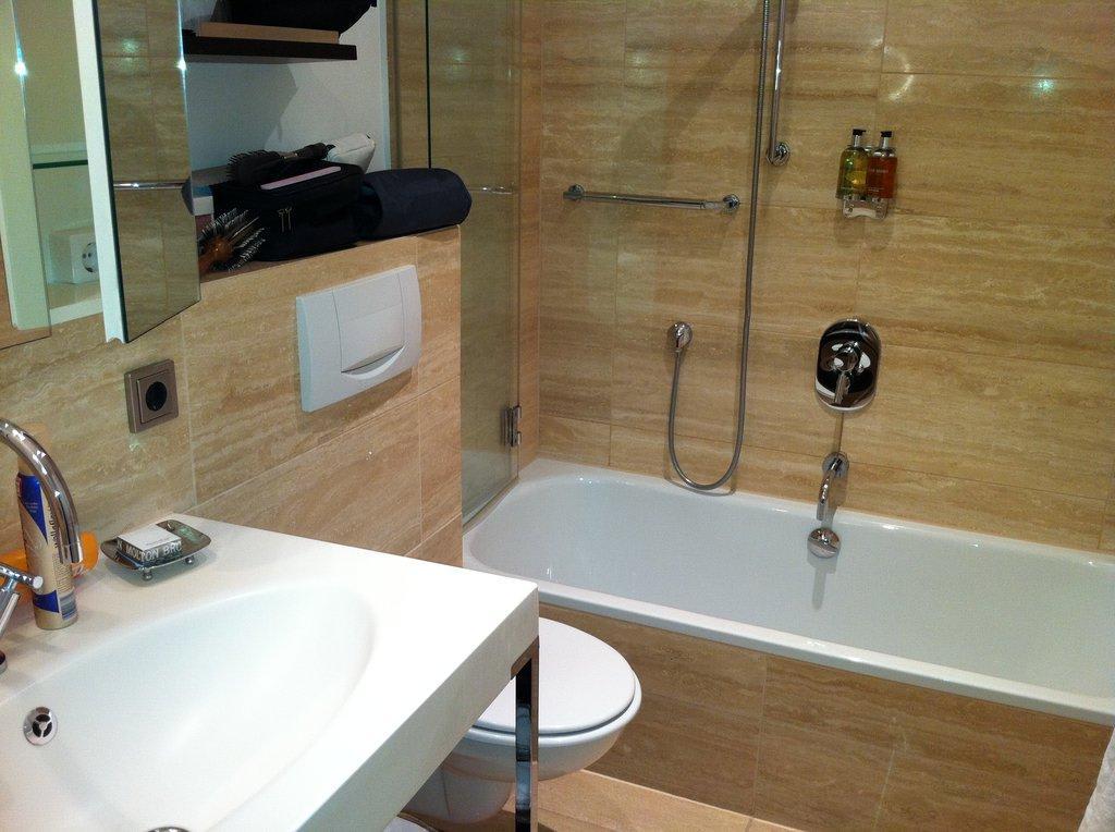 bild sch nes badezimmer zu romantik hotel benen diken hof in keitum sylt. Black Bedroom Furniture Sets. Home Design Ideas