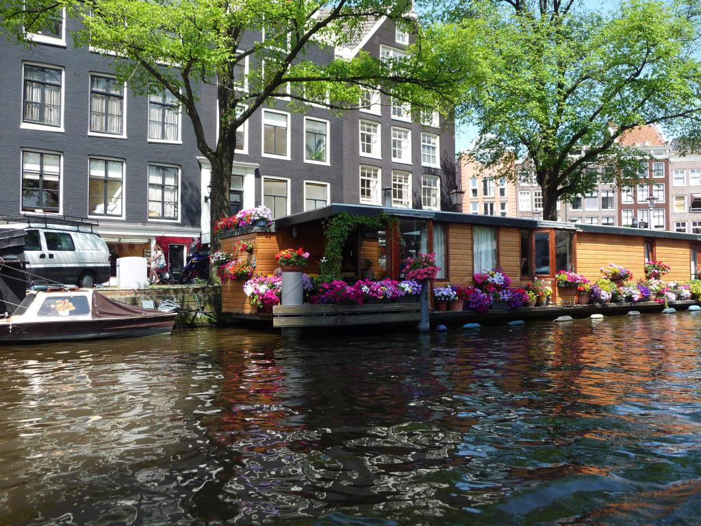 bild hausboot amsterdam zu grachten in amsterdam. Black Bedroom Furniture Sets. Home Design Ideas
