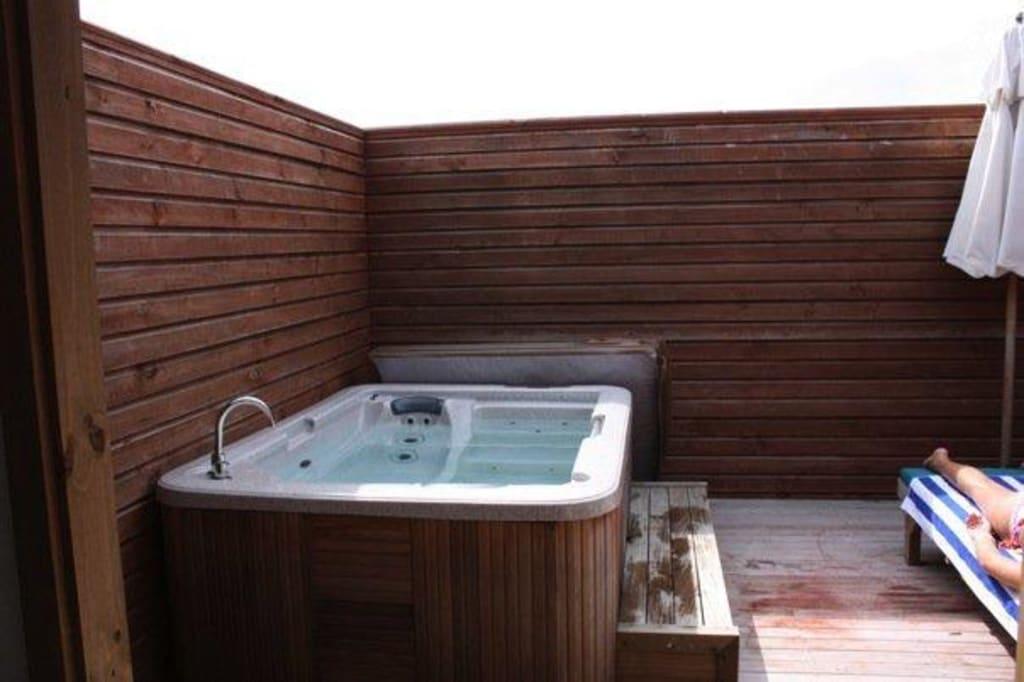 bild jacuzzi auf der terrasse zu meeru island resort spa in thulusdhoo. Black Bedroom Furniture Sets. Home Design Ideas