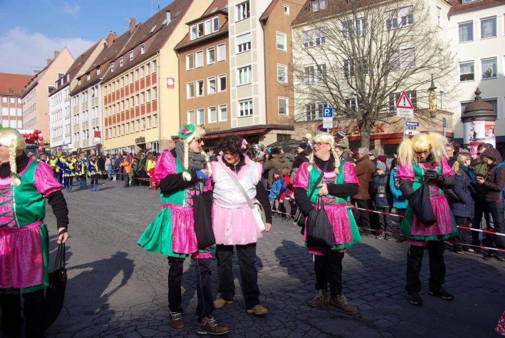 Bild Mannergruppe Zu Faschingsumzug In Nurnberg