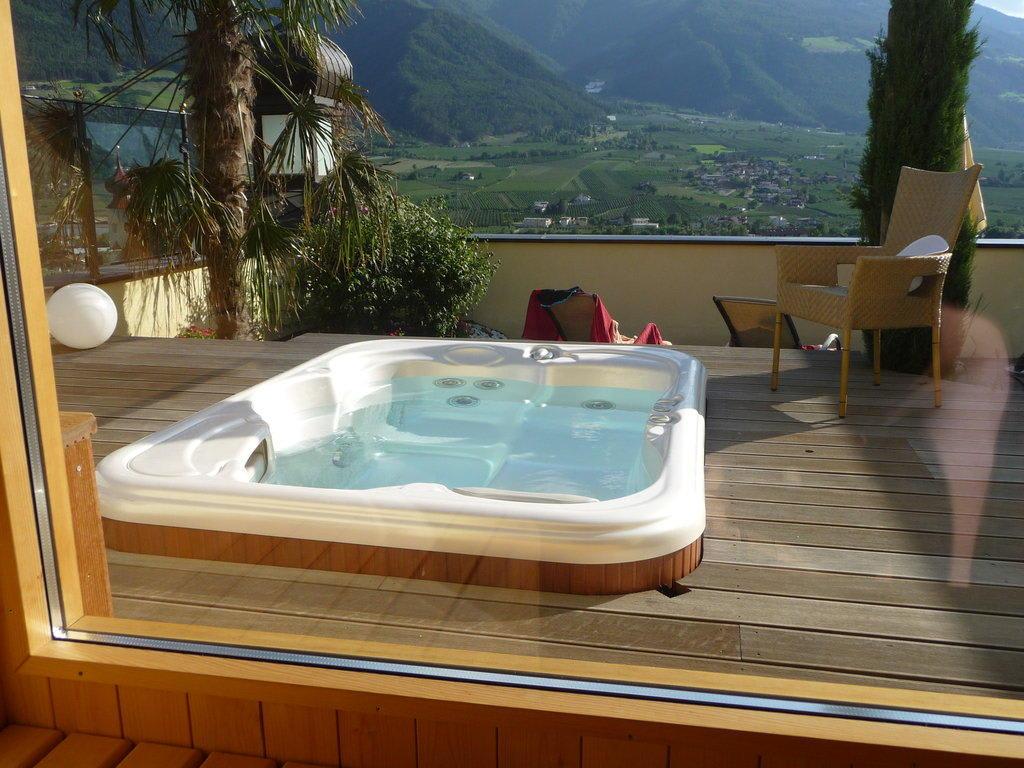 hotel mit whirlpool im zimmer bayern schwimmbad und saunen. Black Bedroom Furniture Sets. Home Design Ideas