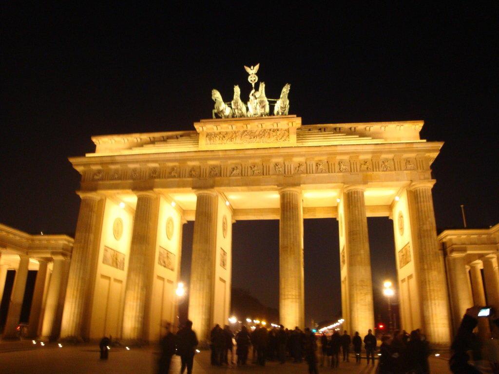Bild abends am brandenburger tor zu brandenburger tor in - Stempel berlin mitte ...