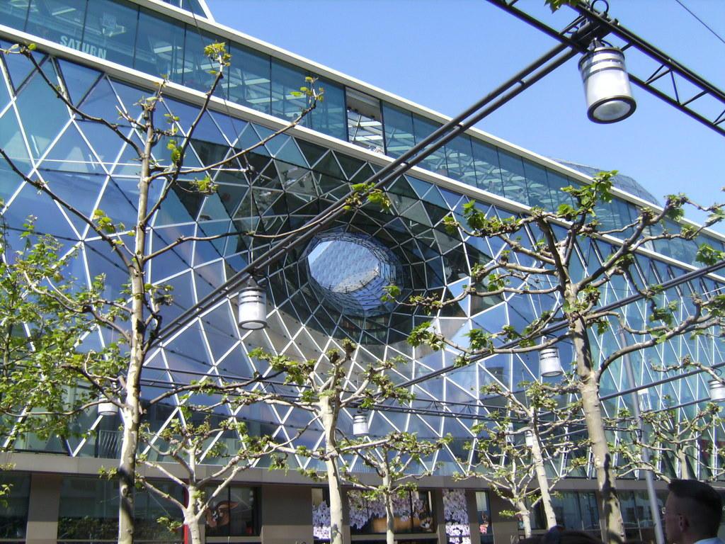 bild glasfassade mit loch zu myzeil einkaufszentrum in frankfurt am main. Black Bedroom Furniture Sets. Home Design Ideas