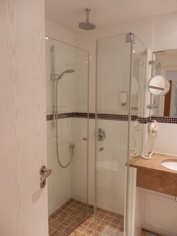 bild walk in dusche mit hand und regenbrause zu villa h gel in trier. Black Bedroom Furniture Sets. Home Design Ideas