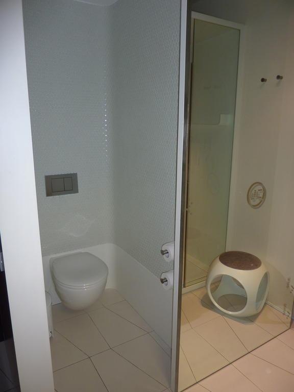 bild wc mit schiebet r zu hotel barcel raval in barcelona. Black Bedroom Furniture Sets. Home Design Ideas
