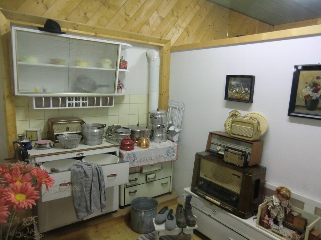 bild alte wohnungseinrichtung zu v tter 39 s fahrzeugmuseum in kaprun. Black Bedroom Furniture Sets. Home Design Ideas
