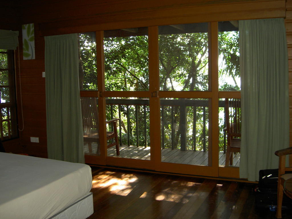 bild ausblick vom baumhaus zu permai rainforest resort in damai beach. Black Bedroom Furniture Sets. Home Design Ideas