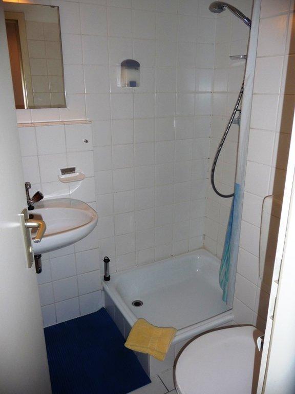 """Hotel M?nchen Dusche Im Zimmer : Bild """"Kleine Dusche mit Vorhang"""" zu Hotel Am Schatzbogen in M?nchen"""