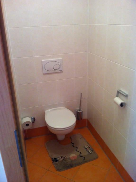 bild toilette zu gasthof zum gr nen baum hotel wallner. Black Bedroom Furniture Sets. Home Design Ideas