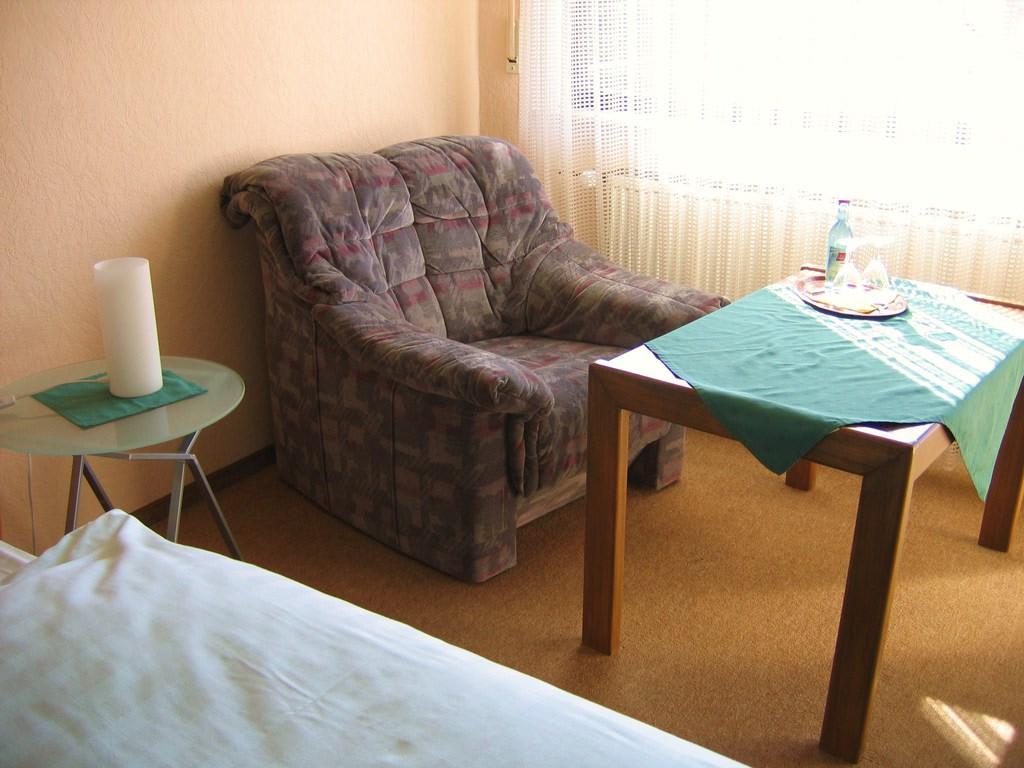bild ein sessel f r zwei personen zu hotel haus waldesruh in eppenbrunn. Black Bedroom Furniture Sets. Home Design Ideas