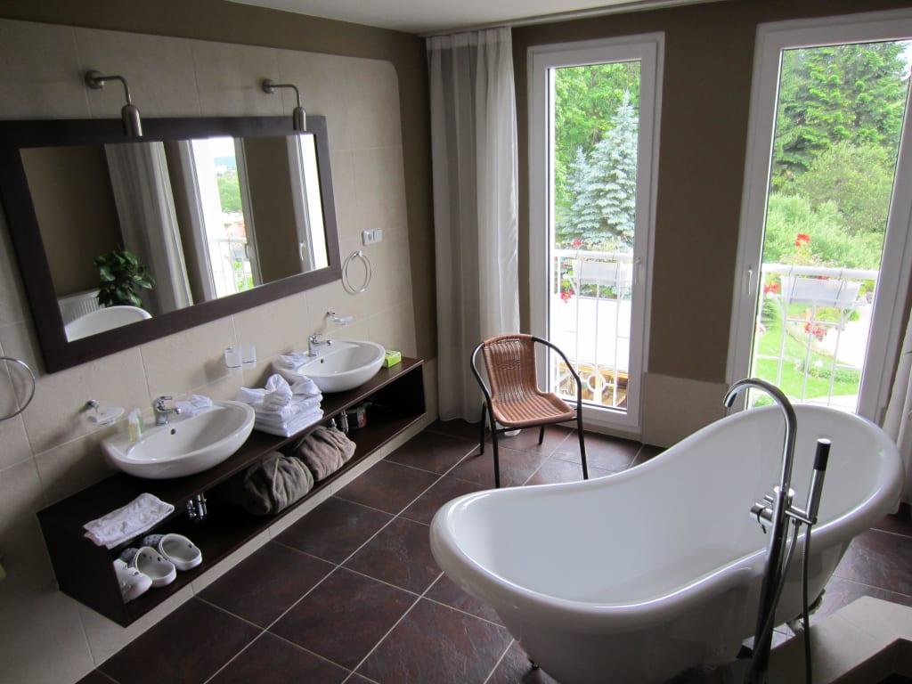 kleines bad mit freistehender badewanne badezimmer kreativ gestalten. Black Bedroom Furniture Sets. Home Design Ideas