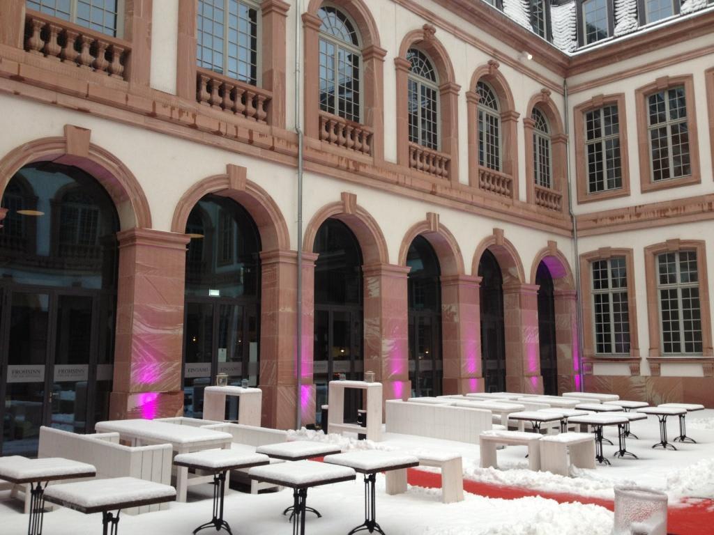 bild eingang mit rotem teppich zu restaurant frohsinn in frankfurt am main. Black Bedroom Furniture Sets. Home Design Ideas