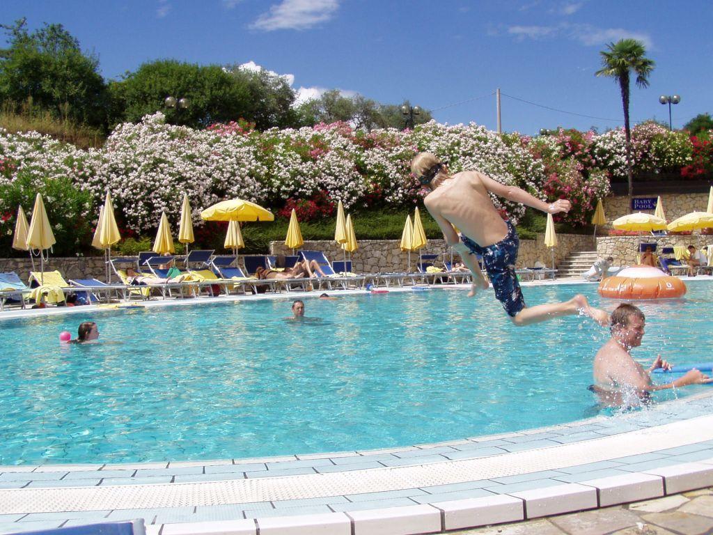Kinder spa im pool bilder poolanlage hotel le torri del garda - Samengestelde pool weergaven ...