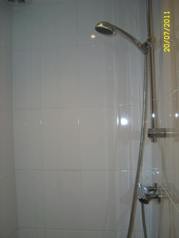 bild bad gemauerte dusche zu hotel b b aan zee in katwijk aan zee. Black Bedroom Furniture Sets. Home Design Ideas