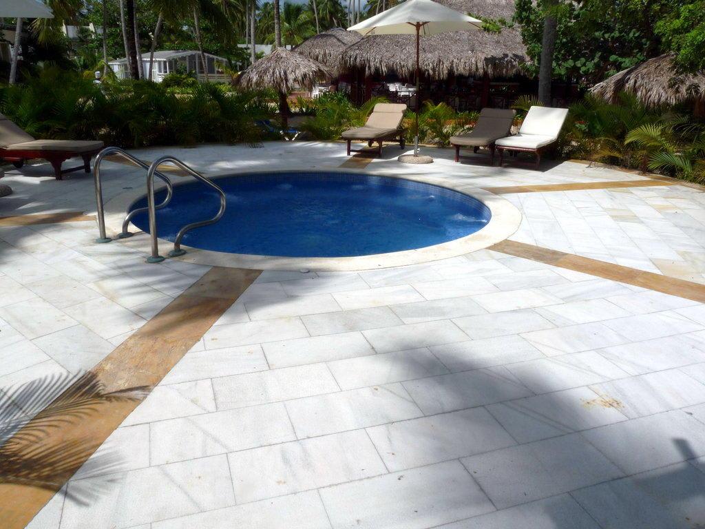 jacuzzi zum entspannen bilder poolanlage hotel grand bah a pr ncipe el portillo. Black Bedroom Furniture Sets. Home Design Ideas
