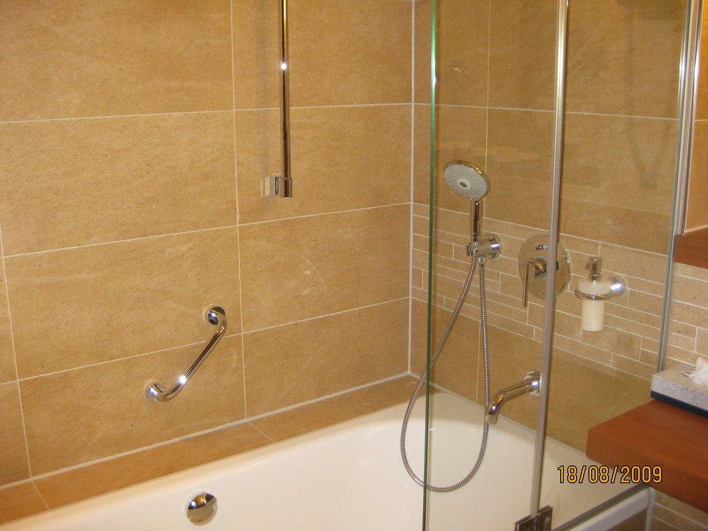 bild badewanne dusche zu lindner park hotel hagenbeck. Black Bedroom Furniture Sets. Home Design Ideas