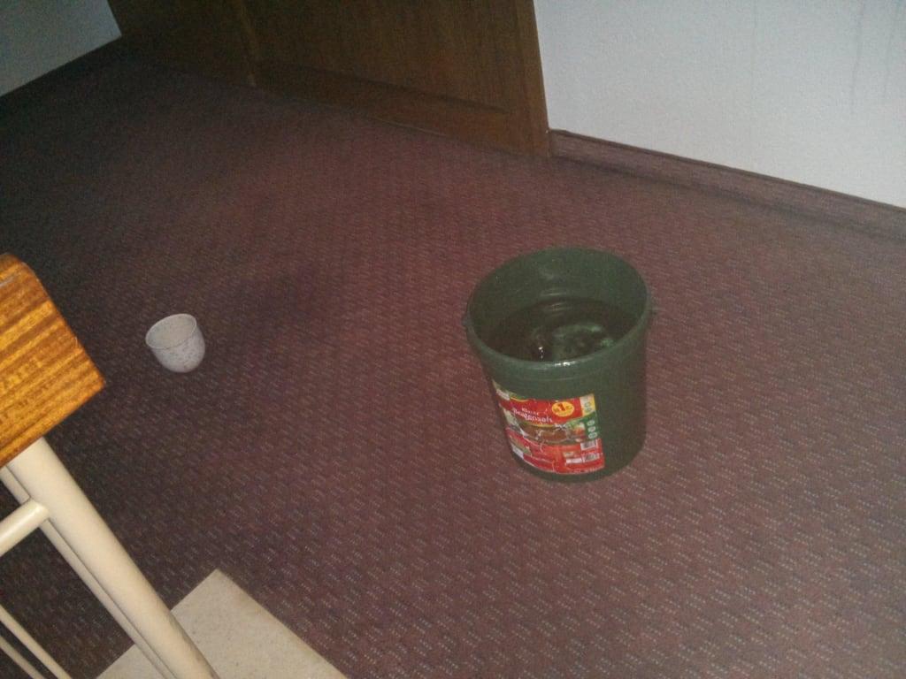 bild wasser tropft aus der decke auch die w nde runter zu hotel birkenhof in freudenstadt. Black Bedroom Furniture Sets. Home Design Ideas