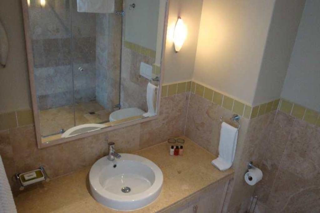 bild kleines bad mit dusche zu hotel african elite. Black Bedroom Furniture Sets. Home Design Ideas