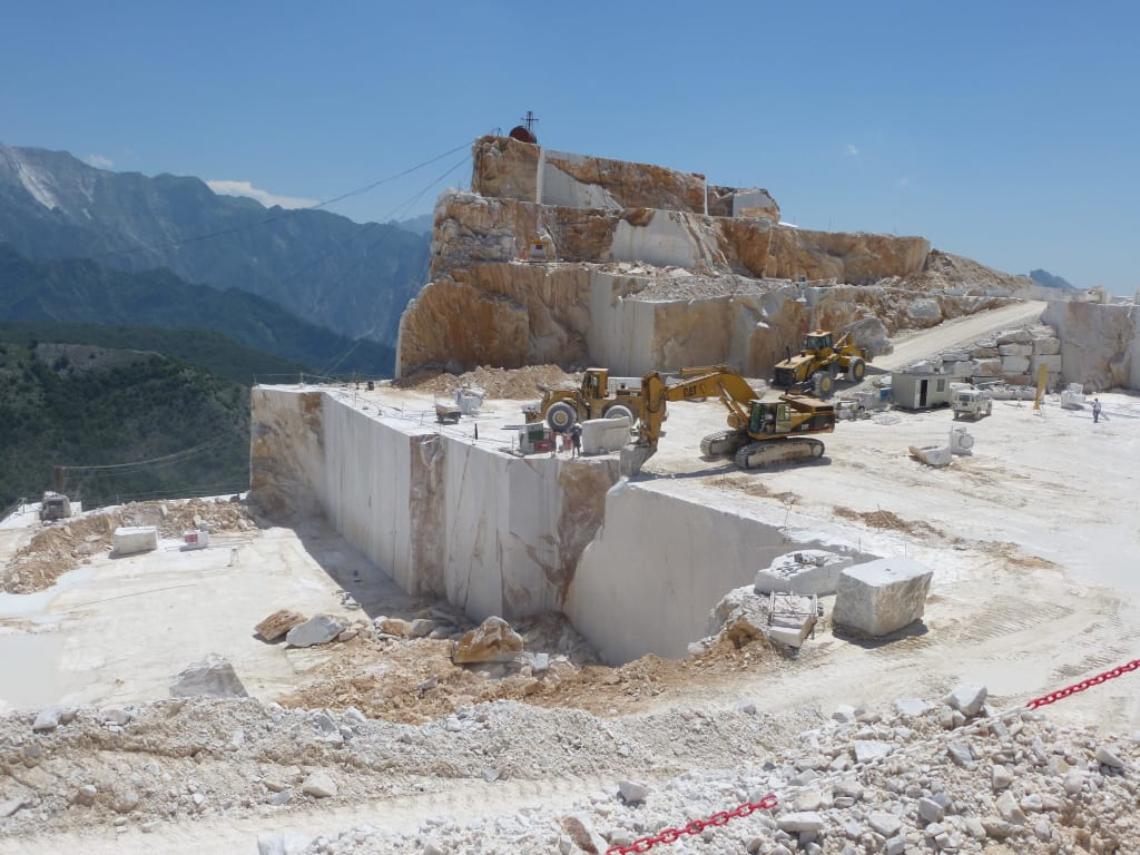 "bild ""beim abbau"" zu marmor-steinbruch in carrara in toskana"