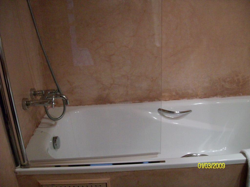 bild badewanne mit dusche und glast r als spritzschutz. Black Bedroom Furniture Sets. Home Design Ideas