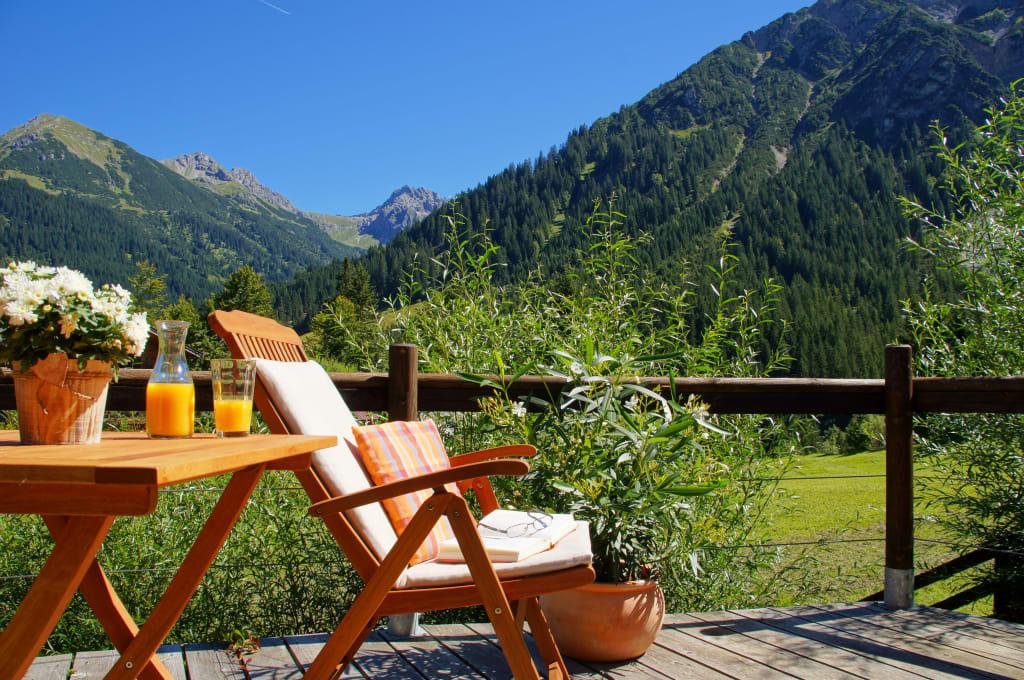 bild liegestuhl im garten zu landhaus eberle in mittelberg kleinwalsertal. Black Bedroom Furniture Sets. Home Design Ideas