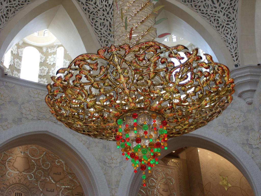 bild kronleuchter mit swarovski kristallen zu scheich zayed grand moschee in abu dhabi. Black Bedroom Furniture Sets. Home Design Ideas