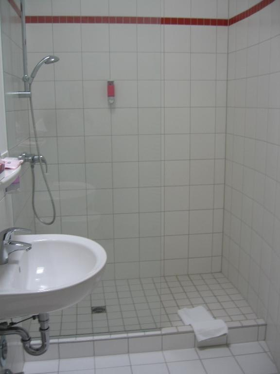 "Hotel Berlin Dusche Im Zimmer : Bild ""Gro?e begehbare Dusche"" zu Artemisia Hotel Berlin in Berlin"