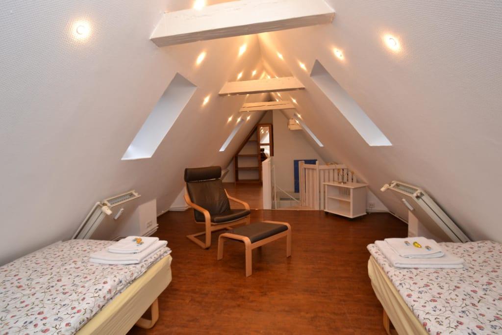 bild schlafzimmer im dachgeschoss zu ferienhaus altes speicherkontor in flensburg. Black Bedroom Furniture Sets. Home Design Ideas