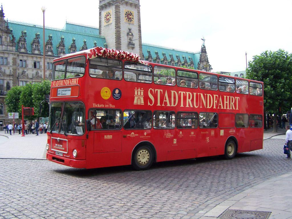 bild bus f r eine stadtrundfahrt zu stadtrundfahrt hamburg in hamburg. Black Bedroom Furniture Sets. Home Design Ideas