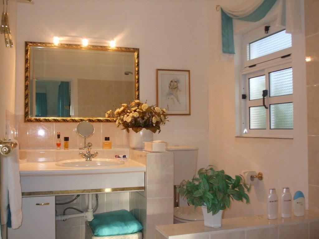 bild badezimmer ensuite t rkis zimmer zu villa botanico in tarrafal. Black Bedroom Furniture Sets. Home Design Ideas