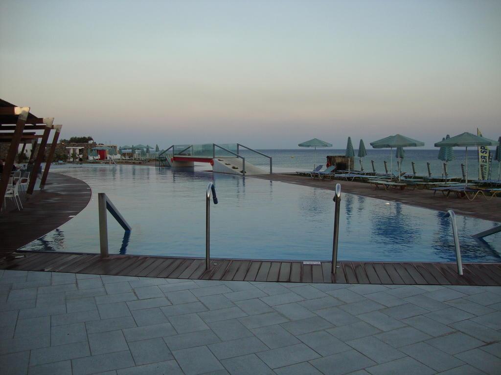 bild salzwasser pool mit massage d sen und whirlpool zu hotel petra mare in ierapetra. Black Bedroom Furniture Sets. Home Design Ideas