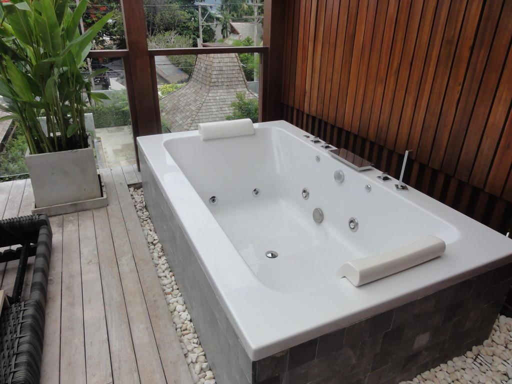 bild jacuzzi badewanne im au enbereich der pool villa zu hotel baan haad ngam boutique resort. Black Bedroom Furniture Sets. Home Design Ideas