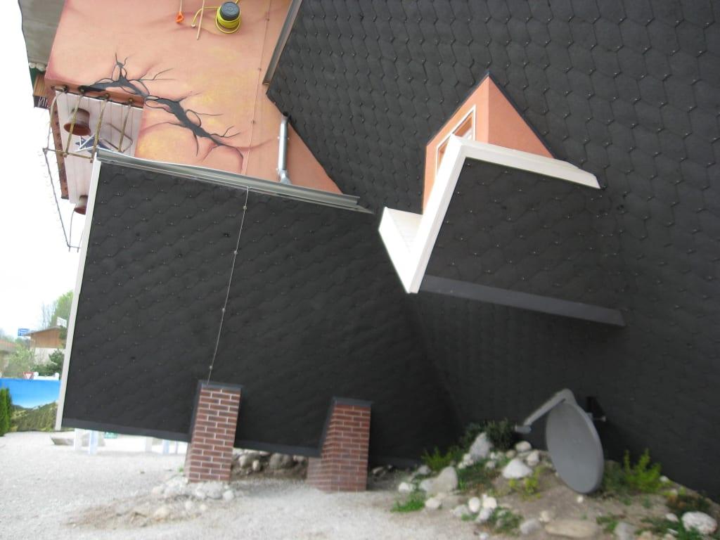bild dach auf dem kopf zu haus steht kopf terfens in terfens. Black Bedroom Furniture Sets. Home Design Ideas