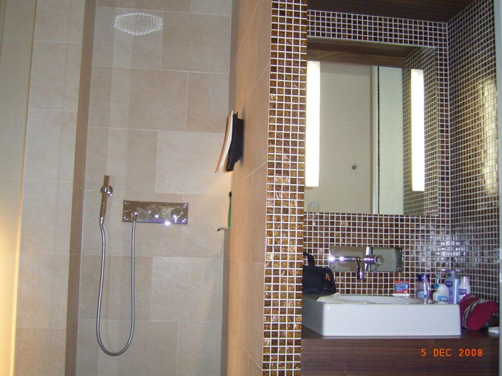 bild dusche waschbecken zu hotel cocoon sendlinger tor in m nchen. Black Bedroom Furniture Sets. Home Design Ideas