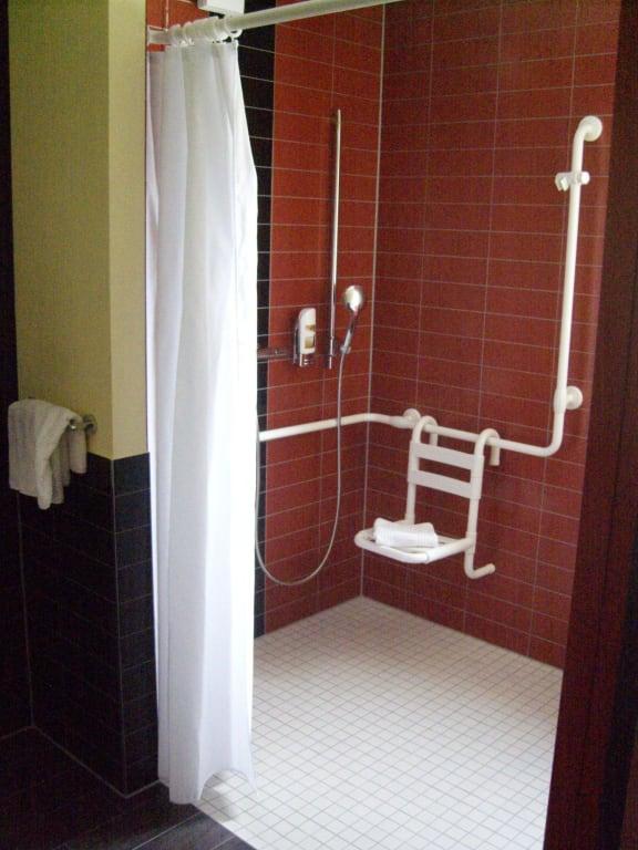 """Hotel Hamburg Dusche Im Zimmer : Bild """"Behinderten Dusche"""" zu AMEDIA HOTEL Hamburg in Hamburg Nord"""